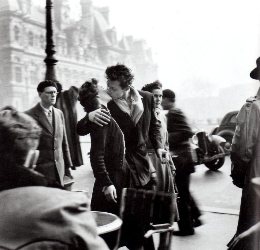 the kiss picture paris robert doisneau the kiss Le baiser de l'hôtel de ville (Kiss by the Town Hall)